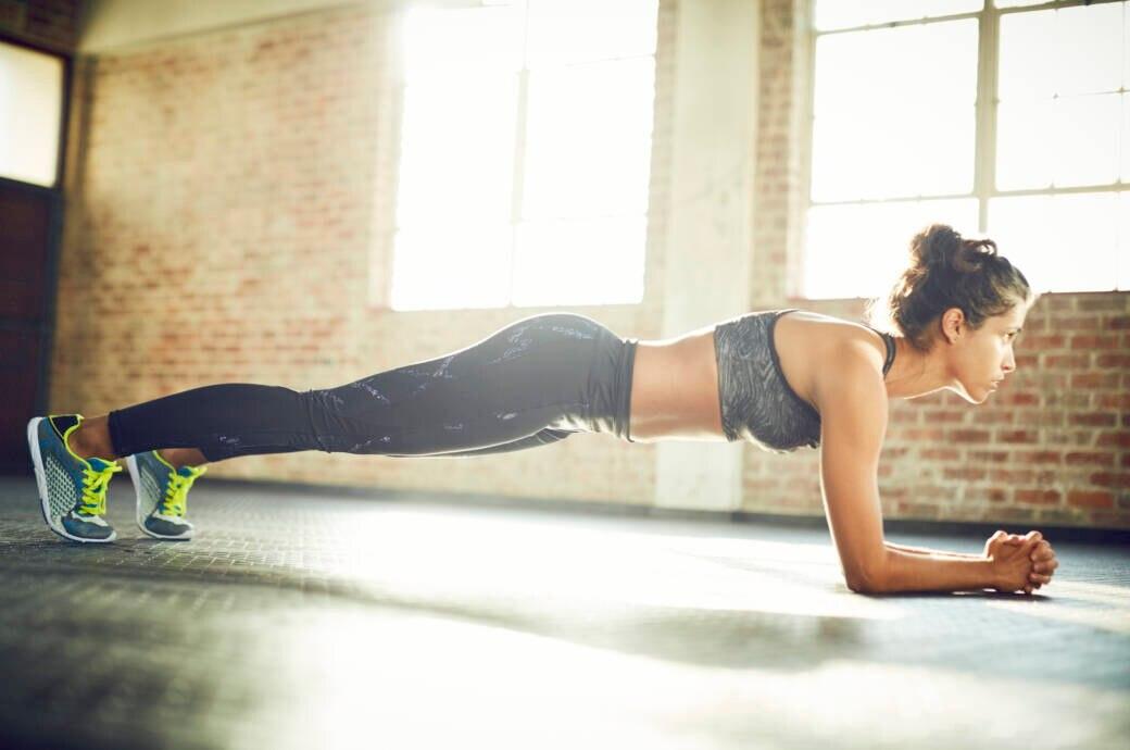 Planking ist eine sehr effektive Ganzkörperübung. Besonders wichtig dabei ist allerdings eine korrekte Körperhaltung.
