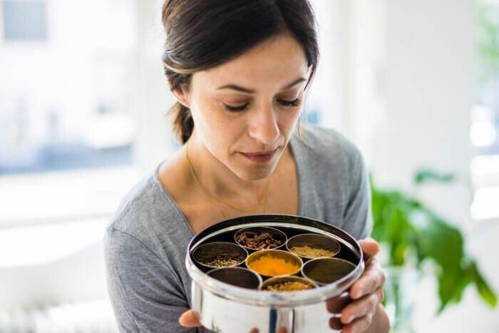 Frau macht Geruchstest bei abgelaufenen Gewürzen
