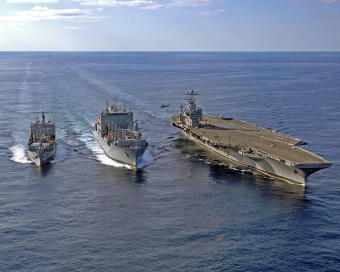 Antikörper: Der Flugzeugträger USS Theodore Roosevelt begleitet von zwei US-Kriegsschiffen