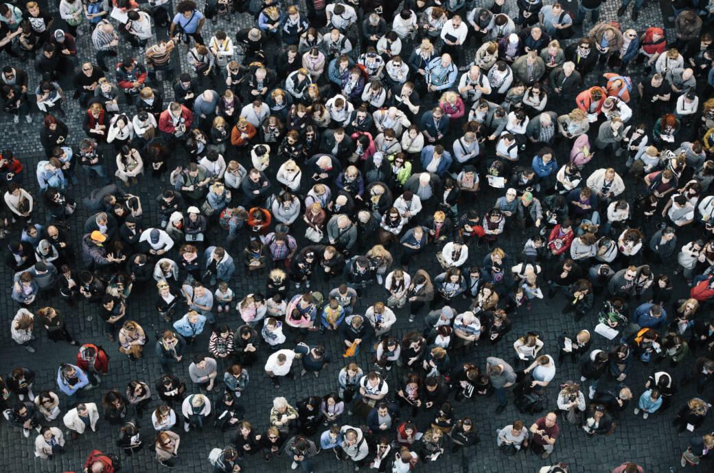 Herdenimmunität: Viele Menschen stehen auf einem Platz