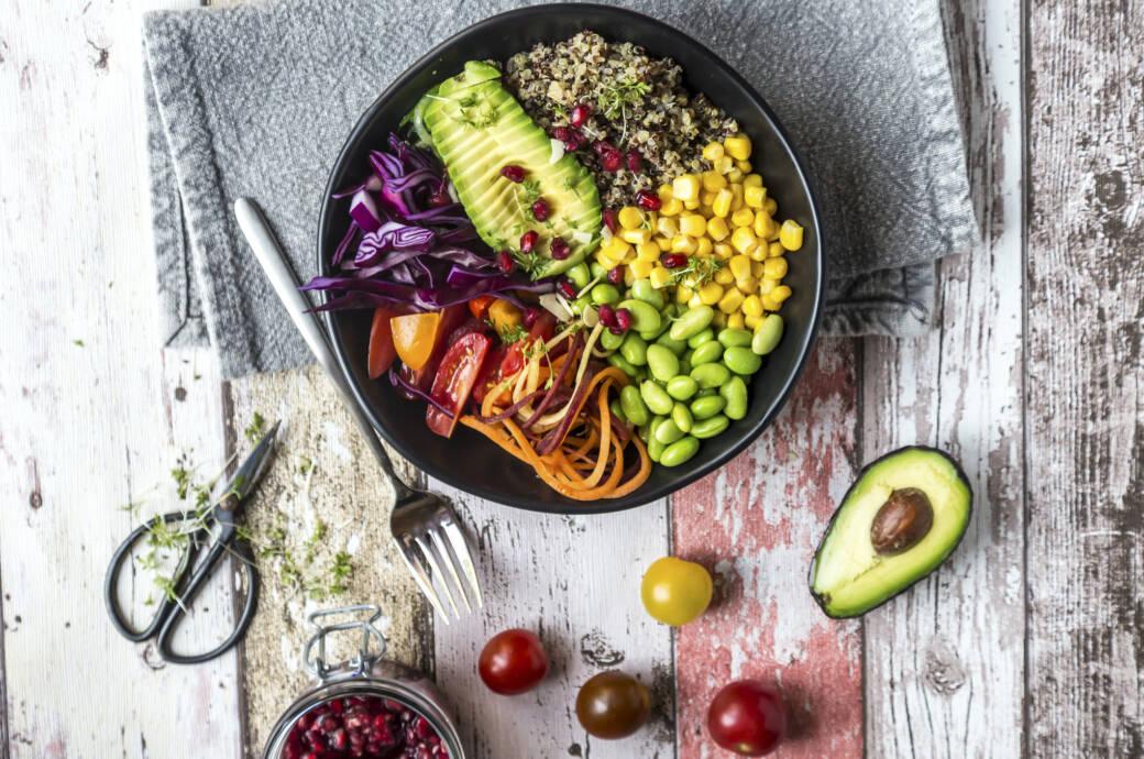 Quinoa-Veggie-Bowl: Leben Vegetarier und Veganer gesünder?