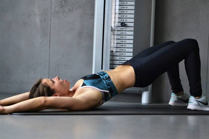 Fitnessexpertin Luise Walther zeigt Übung fürs Beckenbodentraining