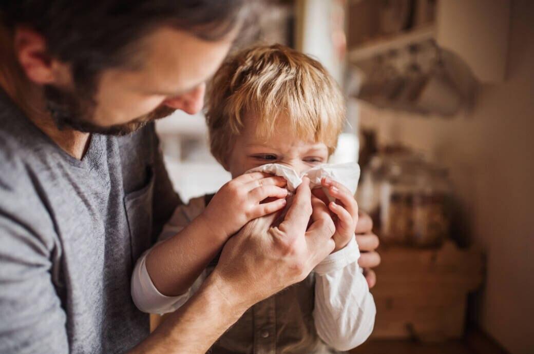 Viele Kitas schicken auch bei leichten Erkältungssymptomen Kinder nach Hause. Grund sind die aktuellen Hygienevorgaben.