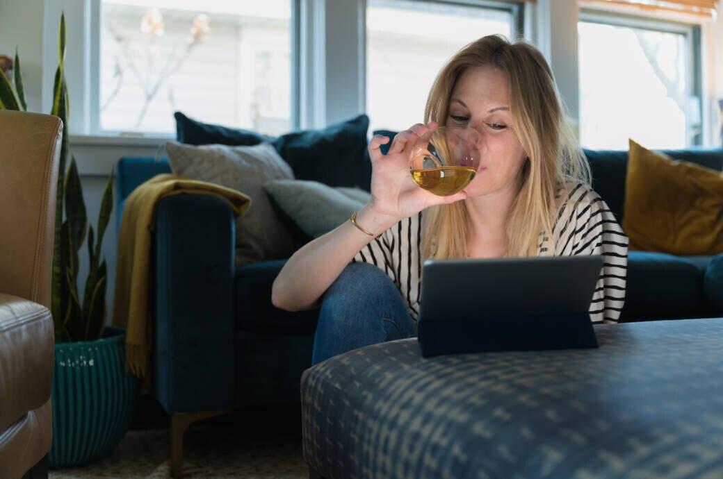 Frau trinkt in der Coronakrise Alkohol