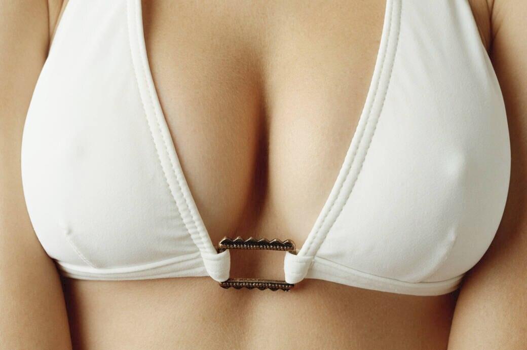 Brustwarzen des Sklaven hart gedreht