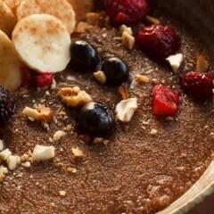Teff: Ein Teller Porridge aus Teff-Hirse mit Früchten