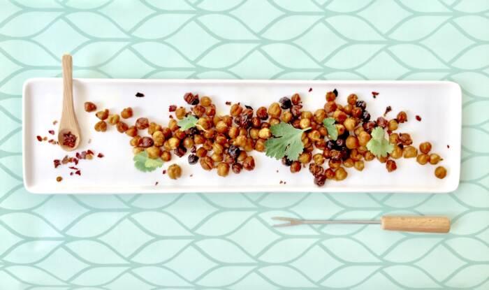 Gebackene Kichererbsen funktionieren perfekt als gesunder Snack dank hoher Proteinqualität