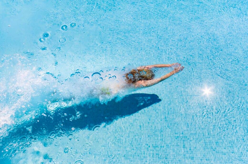 Eine Frau schwimmt im Pool