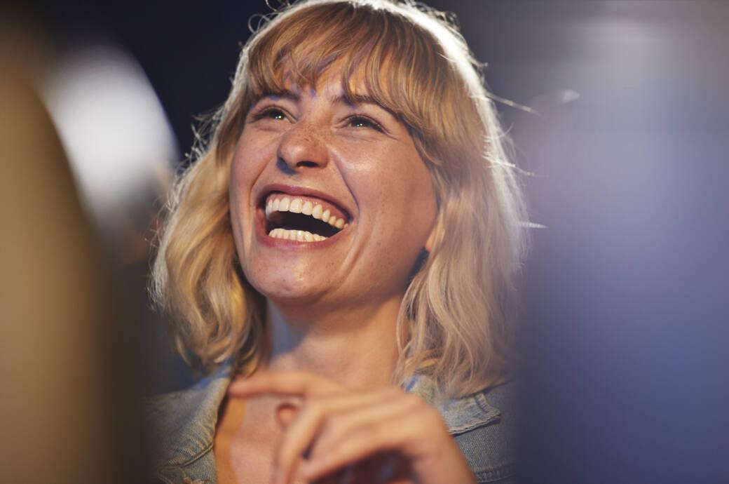 Damit ihr Gehirn auf glücklich schaltet, müssen Sie noch nicht einmal so echt lachen wie diese Frau!