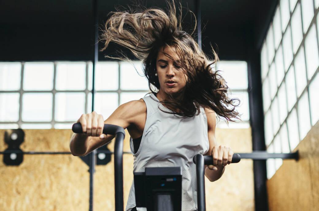 In der zweiten Hälfte des Zyklus ist der Gesamtspiegel der Hormone höher. Wie sich das auf ein Training auswirkt, lesen Sie hier.