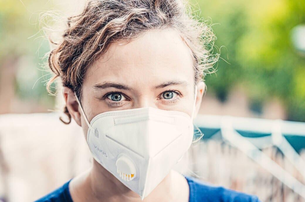 N95-Masken desinfizieren: Frau trägt N95-Maske