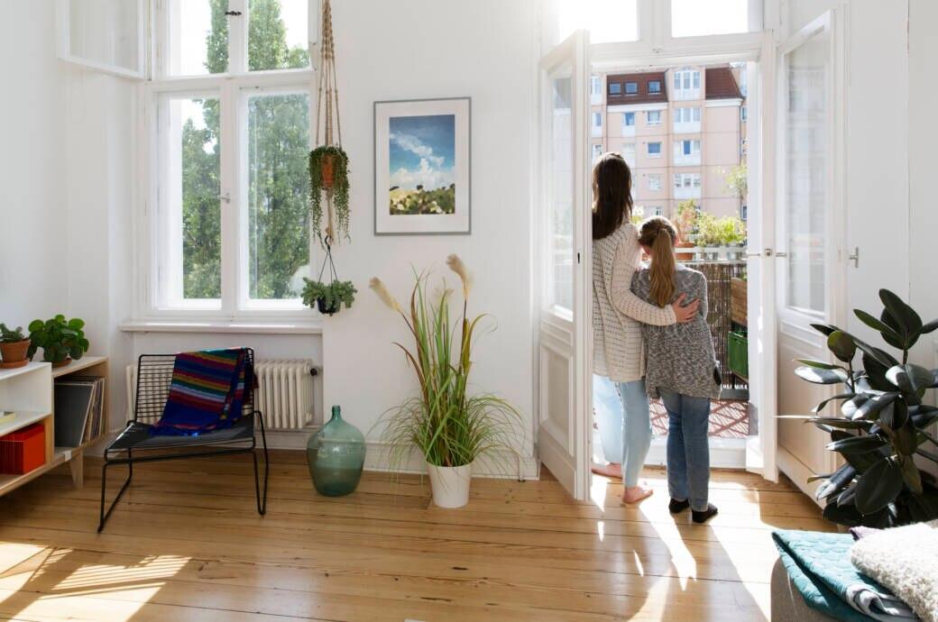 Eine Mutter blickt gemeinsam mit ihrem Kind aus dem Fenster