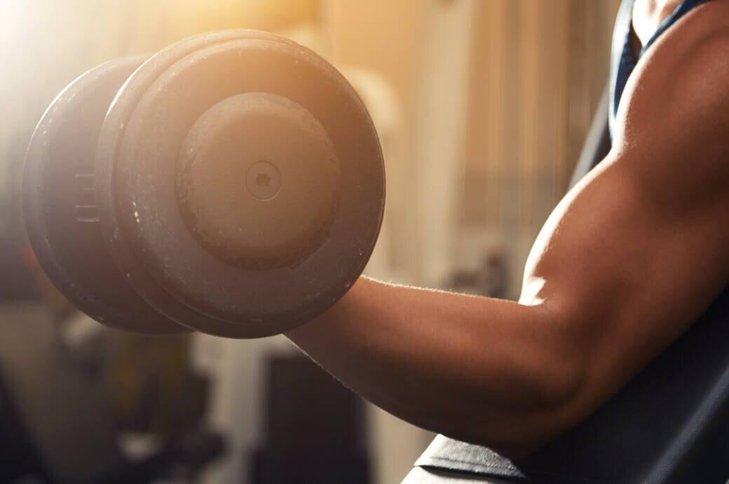 Split-Training: Mann beim Bizeps-Workout