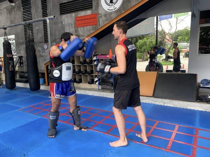 Martin Lewicki mit seinem Trainer beim Thaiboxen in Chiang Mai