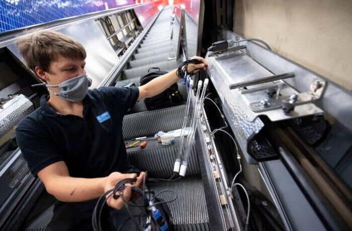Elbphilharmonie Rolltreppe: Eine Rolltreppe wird mit UV-Lampen ausgestattet