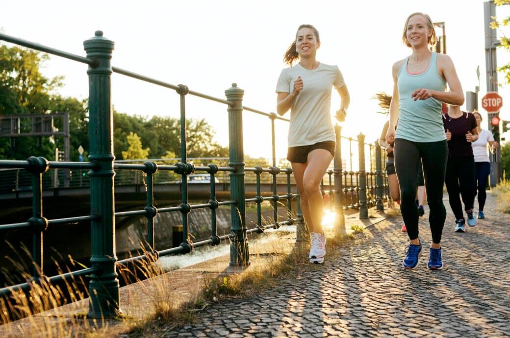 Anfänger sollten beim Laufen einige Tipps beachten: Eine Frau und ein Mann laufen im Park