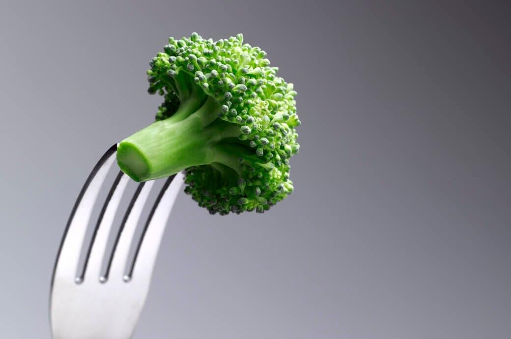 """Brokkoli auf der Gabel. Kann vegane Ernährung """"Hirnprobleme"""" verursachen?"""