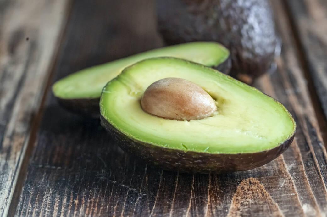 Aufgeschnittene Avocado auf einem Holztisch