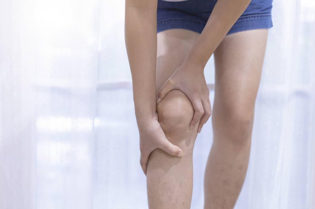 Knieschmerzen bei Regen sind ein verbreitetes Phänomen. Welchen Einfluss hat das Wetter auf die Gelenke?