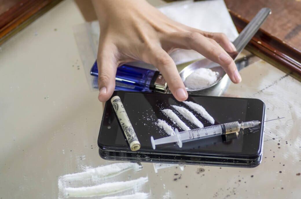 Drogen Corona: Kokain, Heroin und eine gierig danach greifende Hand