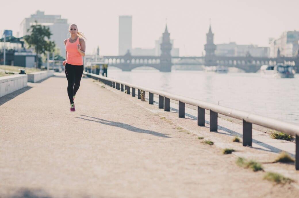 Eine Läuferin am Spreeufer in Berlin