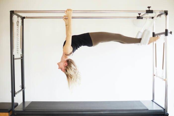 Pilates: Frau am Trapez-Tisch