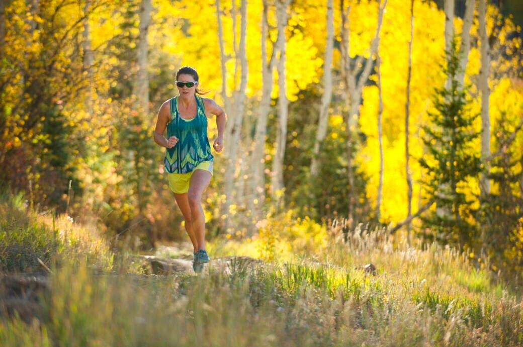 Eine Frau läuft auf einem Waldweg