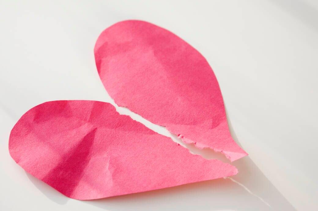 Trauer, Liebeskummer, Trennungsschmerz – es gibt viele Ursachen für das Broken-Heart-Syndrom. Ärzte vermuten, dass der Körper durch den Stress extrem viel Adrenalin und Noradrenalin ausschüttet – mit teils schweren Folgen für das Herz.