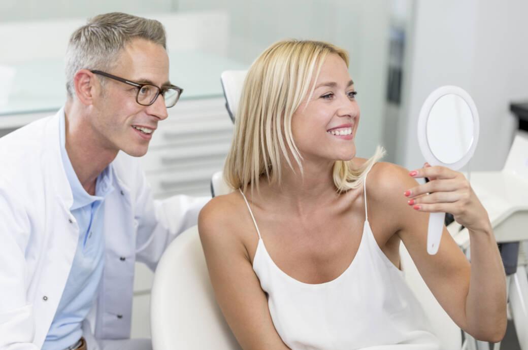 Patientin mit gesunden, schönen Zähnen