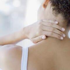 Frau mit Nackenverspannungen