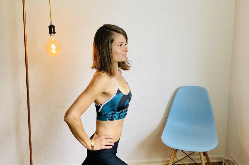 Luise Walther zeigt eine Übung zur Stabilisierung der Knie