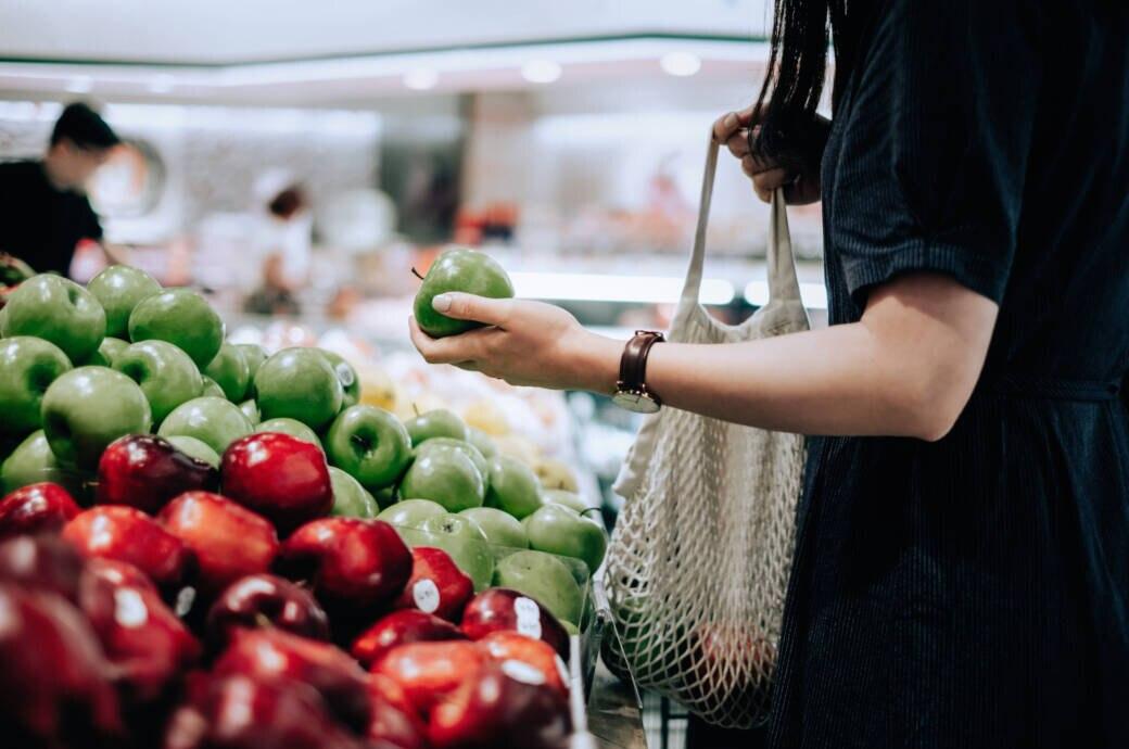 Das mit den fünf Portionen Gemüse und Obst ist nicht als strenge Matheaufgabe zu verstehen. Somit kann ein Apfel tatsächlich eine Portion sein. FITBOOK erklärt es genauer.