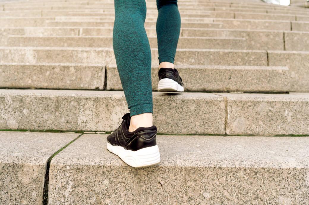 Kalorien im Alltag verbrennen: z. B. durch Treppensteigen