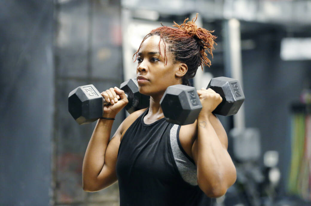 Wie Frauen ihre Muskeln richtig trainieren: Frau beim Hanteltraining
