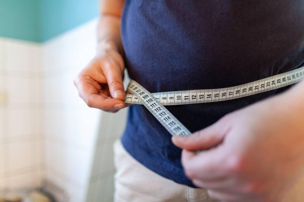 Taille-zu-Größe-Verhältnis: Mann mit Bauchumfang