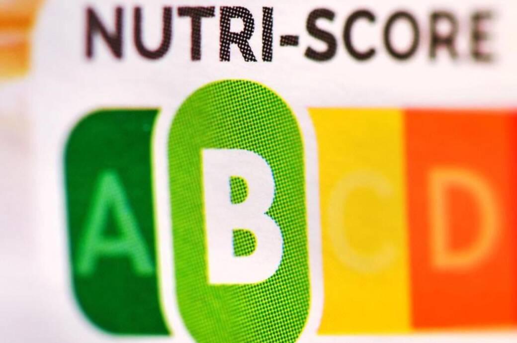 """Der sogenannte """"Nutri-Score"""", eine farbliche Nährwertkennzeichnung, auf einem Fertigprodukt. Es ist grün, gelb, orange und rot – und soll """"Dickmacher"""" leichter entlarven."""