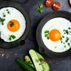Spiegeleier in der Pfanne – wie viele Eier pro Woche sind gesund?