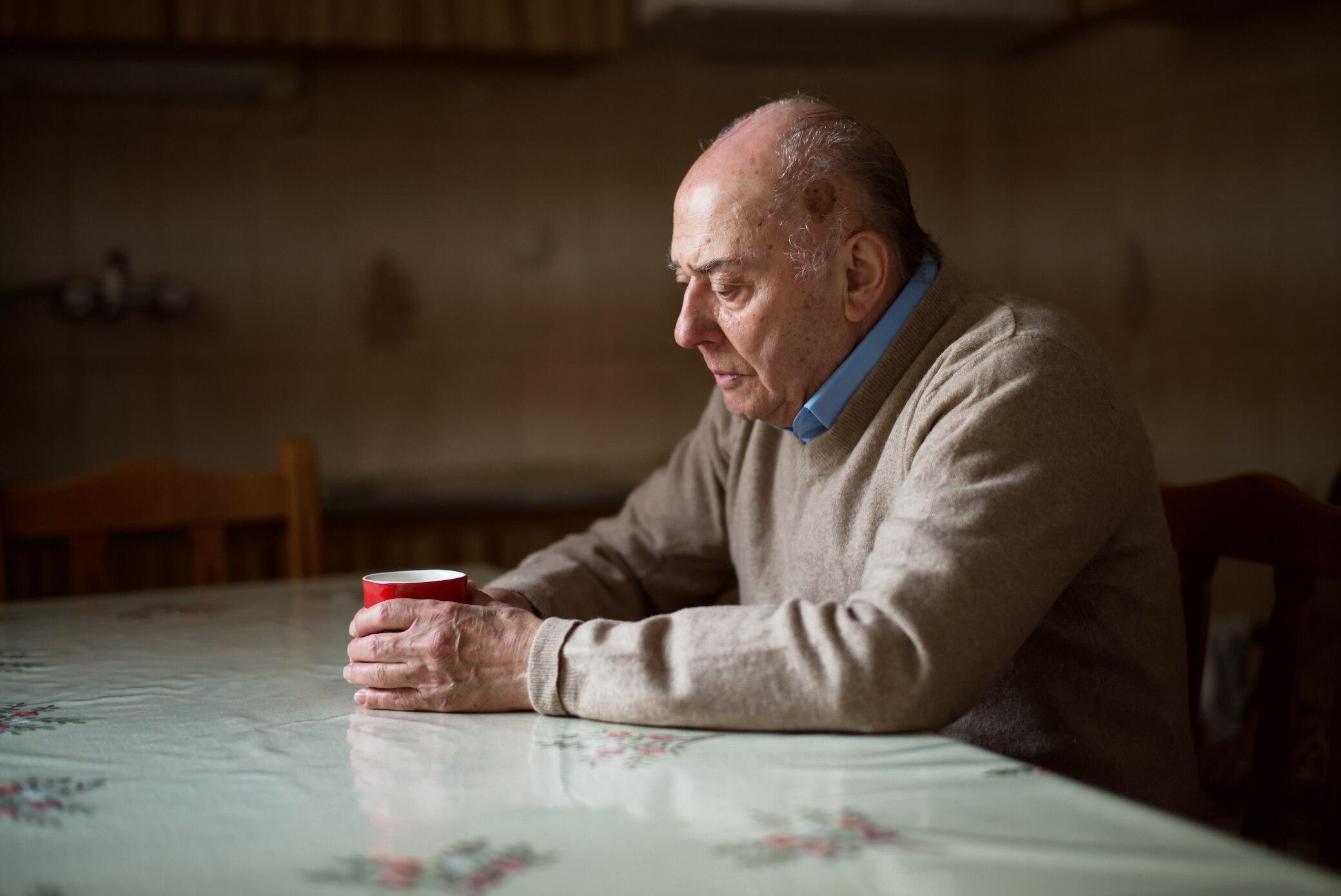 Einsamkeit für Männer so krebserregend wie Rauchen - FITBOOK