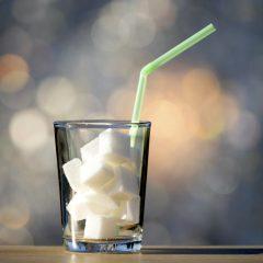 Zuckersucht: Zuckerwürfel in einem Glas