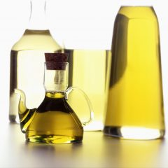 Verschiedene Speiseöle in Karaffen